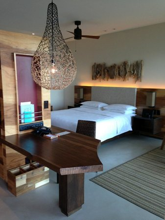 Andaz Peninsula Papagayo Resort: Desk, awesome light, and bedroom area