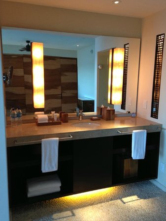 Andaz Peninsula Papagayo Resort: Bath counter with double sinks and amenities (Great products)