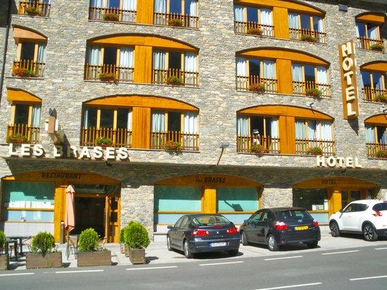 Hotel Les Brases: Vista exterior del Hotel y el Restaurante