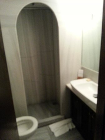 Hotel Empress Zoe: Bathroom in triple room