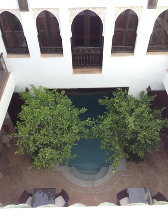 Riad Assakina : looking down into courtyard