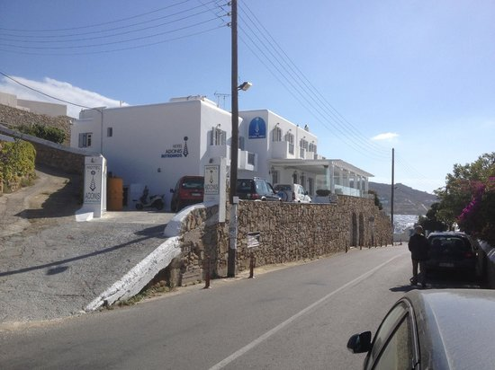 Adonis Hotel: Hotel from street