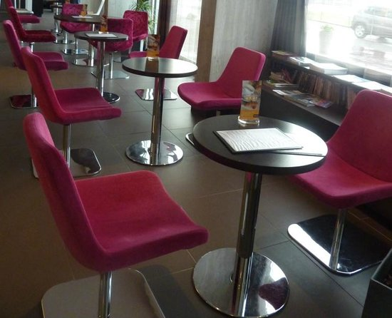 Mercure Dieppe la Presidence : Chairs and tables in the bar area