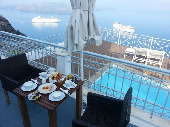 Athina Luxury Suites: Breakfast on private patio