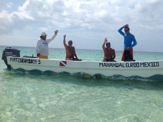 Kabah-na Eco Resort: El Capitán Wacho y Luis (de azul), nuestro guía