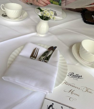 Bettys Cafe Tea Rooms - Harrogate : Table setting