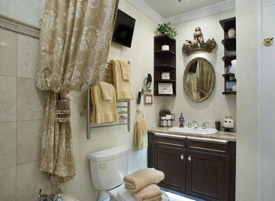 Abbington Green Bed & Breakfast Inn and Spa: St. Jame's Park room bath