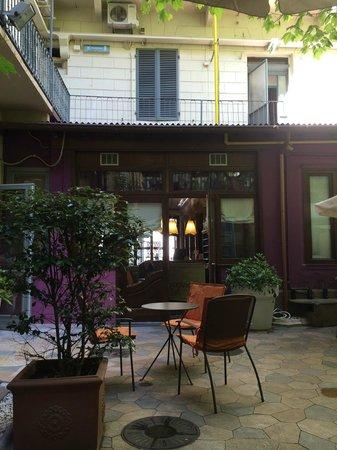 Ibis Styles Torino Porta Nuova : Cortiletto interno.  Si intravede la reception e sopra  il ballatorio