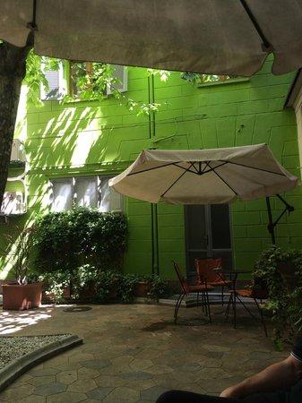 Ibis Styles Torino Porta Nuova : Altro angolo del cortiletto interno