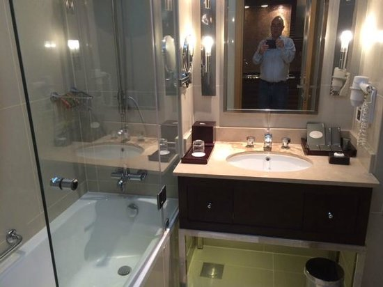 Movenpick Hotel West Bay Doha: Bathroom