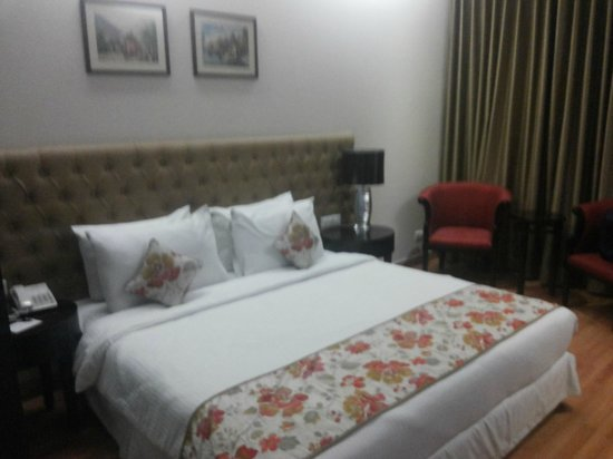 The Athena Hotel: King-size Bed with Good Interiors