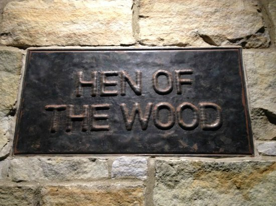 Hen of the  Wood : Enseigne discrète à l'entrée