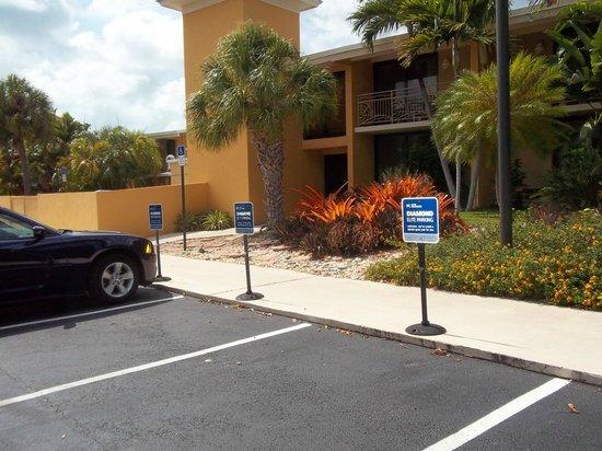 Hampton Inn Key Largo: Gorgeous Grounds/Plenty of Parking