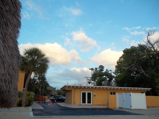 Hampton Inn Key Largo: Looking toward Overseas Highway & Hotel Gym