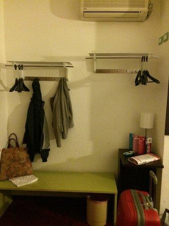 Ibis Styles Torino Porta Nuova : Armadio - così viene definito. Ma in alcune camere non c'è nemmeno questo.