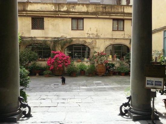Palazzo Niccolini al Duomo: Hotel courtyeard entrance
