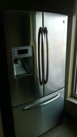 Shoshone Bannock Hotel & Event Center: Coyote suite: full-sized fridge