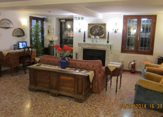 Hotel Ala - Historical Places of Italy: Lounge in Hotel Ala