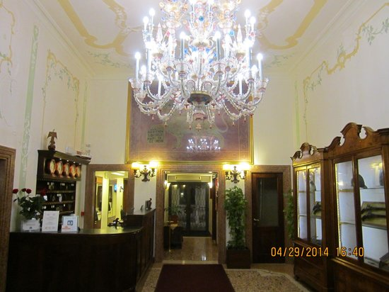 Hotel Ala - Historical Places of Italy : Lobby of Hotel Ala