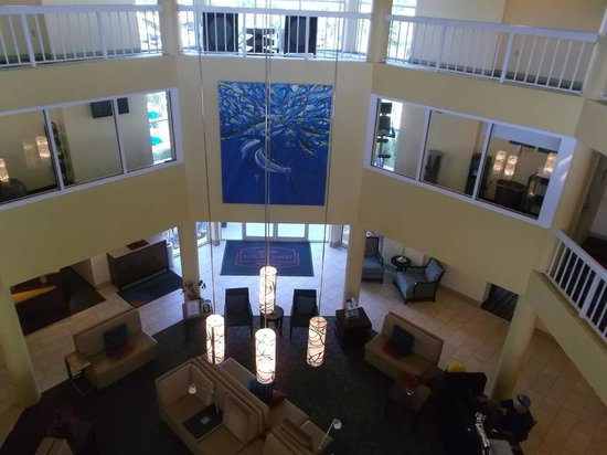 Courtyard by Marriott Key Largo: Lobby, wish I could have gotten a better picture of the art on the wall.