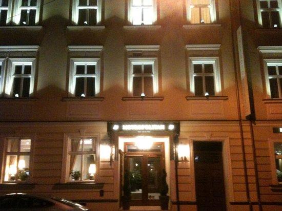 Metropolitan Boutique Hotel: The Metropolitan by night