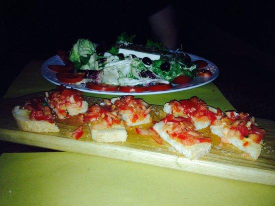 Il Cantinone: Greek salad and bruschetta.