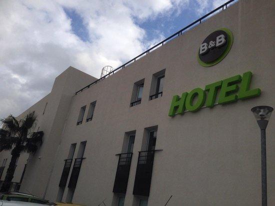B&B Hotel Cannes La Bocca Plage: Devant l'accueil.