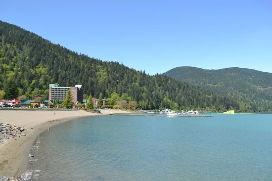 Harrison Hot Springs Resort & Spa : View of hotel from down the beach
