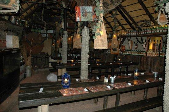 Joe's Beerhouse: Sala interior com mesas corridas