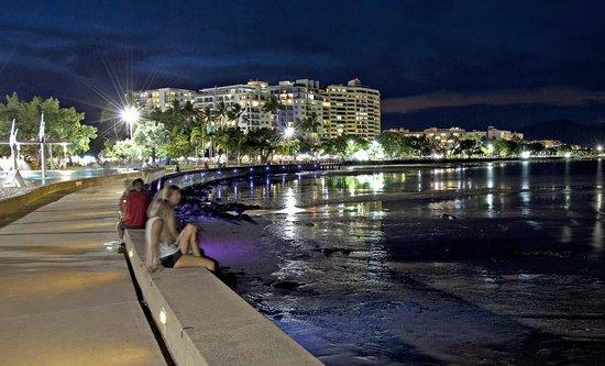 Esplanade Boardwalk : Cairns Esplanade by night