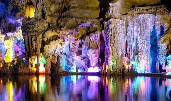 Grotte di Frasassi: un arco iris de colores en el juego de luces y cristales...maravillosos!!!!