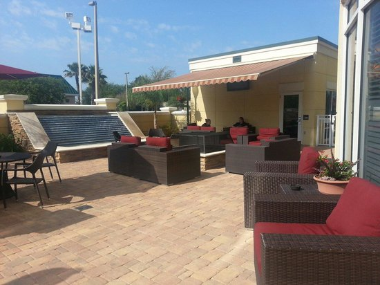 Hampton Inn & Suites Jacksonville South-St. Johns Town Center Area : Beautiful sitting area with fire pit