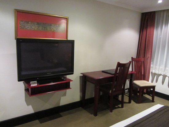 Fountainside Hotel: Panasonic TV and desk