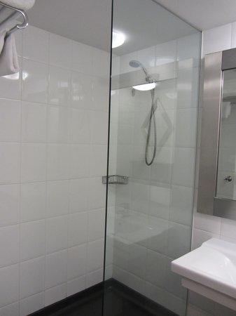 Half-open glass shower - Picture of Fountainside Hotel, Hobart ...