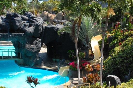 Hilton Waikoloa Village: Waterslide and waterfalls at lagoon pool