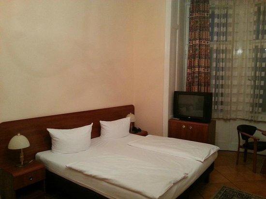 Astrid Hotel am Kurfurstendamm: кровать