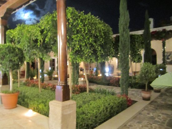 The San Rafael Hotel: Fountain at night