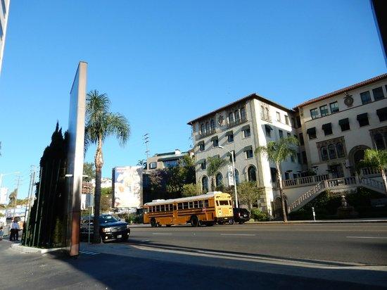 Mondrian Los Angeles Hotel: rua da frente do hotel