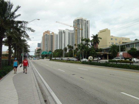 Marenas Beach Resort : Коллинз авеню в районе отеля