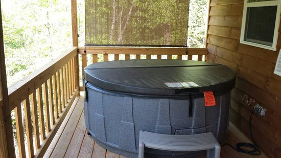 Frog Holler Cabins: Hottub
