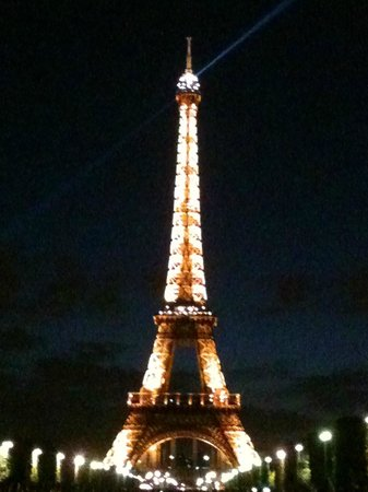 Hotel du Cadran Tour Eiffel : Evening view of Eiffel Tower - 10 minute walk from Hotel