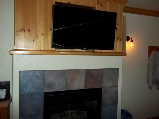 Beach Retreat & Lodge at Tahoe: Fireplace and TV