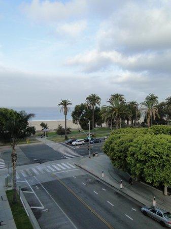 Hotel Shangri-La Santa Monica: Vista da praia a partir da janela do quarto
