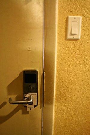 Best Western Space Shuttle Inn: Door gaps...this door looks like it has been kicked in.