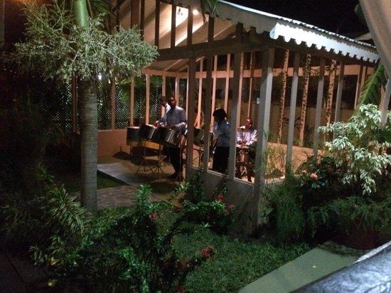 Beachcombers Hotel: Steelband on a Saturday night