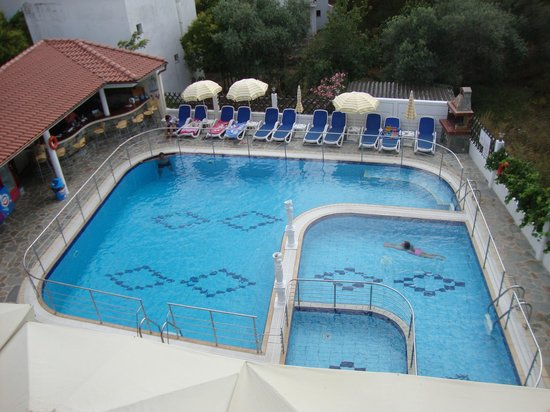 Sirines Hotel: Χώρος πισίνα απο το μπαλκόνι του δωματίου 301!