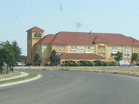 La Quinta Inn & Suites Lubbock North: Front of hotel