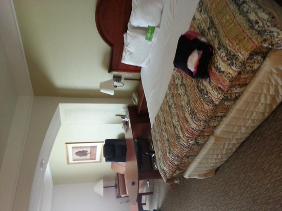 La Quinta Inn & Suites Lubbock North: Our bed with a microwave & fridge, sofa, 2 chairs, work desk