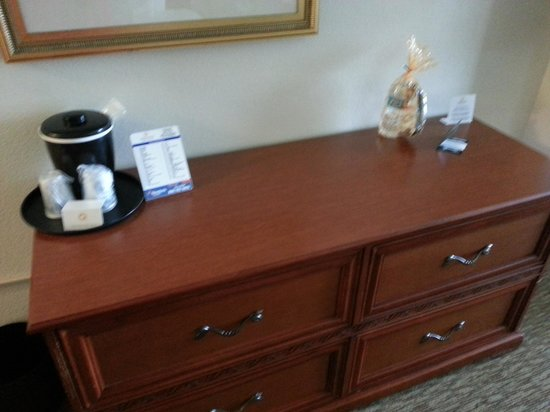 La Quinta Inn & Suites Lubbock North: dresser drawers with ice bucket & cup