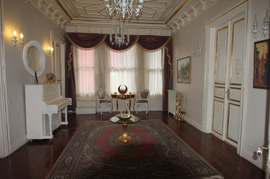 Hayriye Hanim Konagi Hotel: Open area in front of our room
